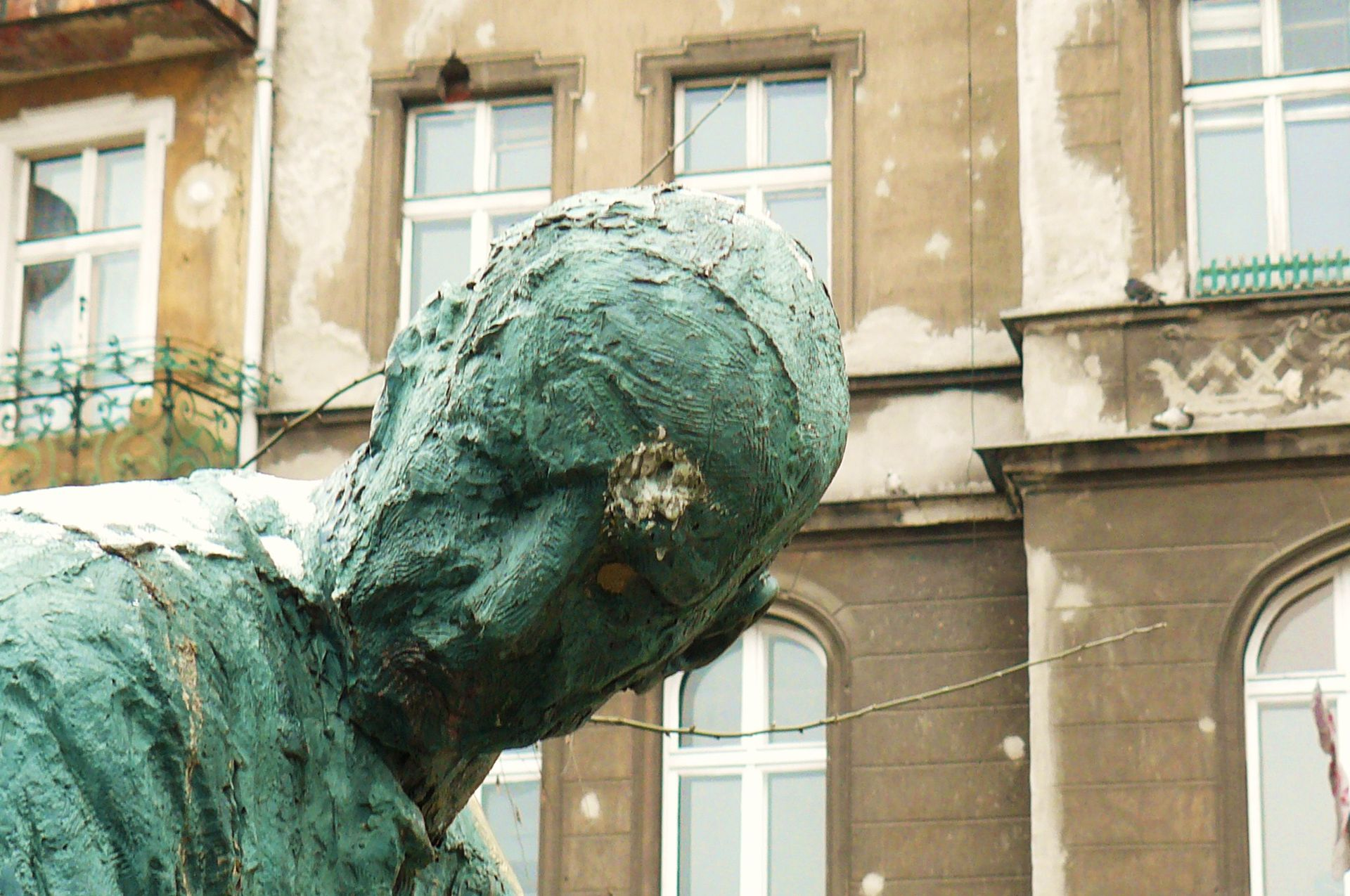 Nie-pomnik – detal postaci - sculpture by Norbert Sarnecki